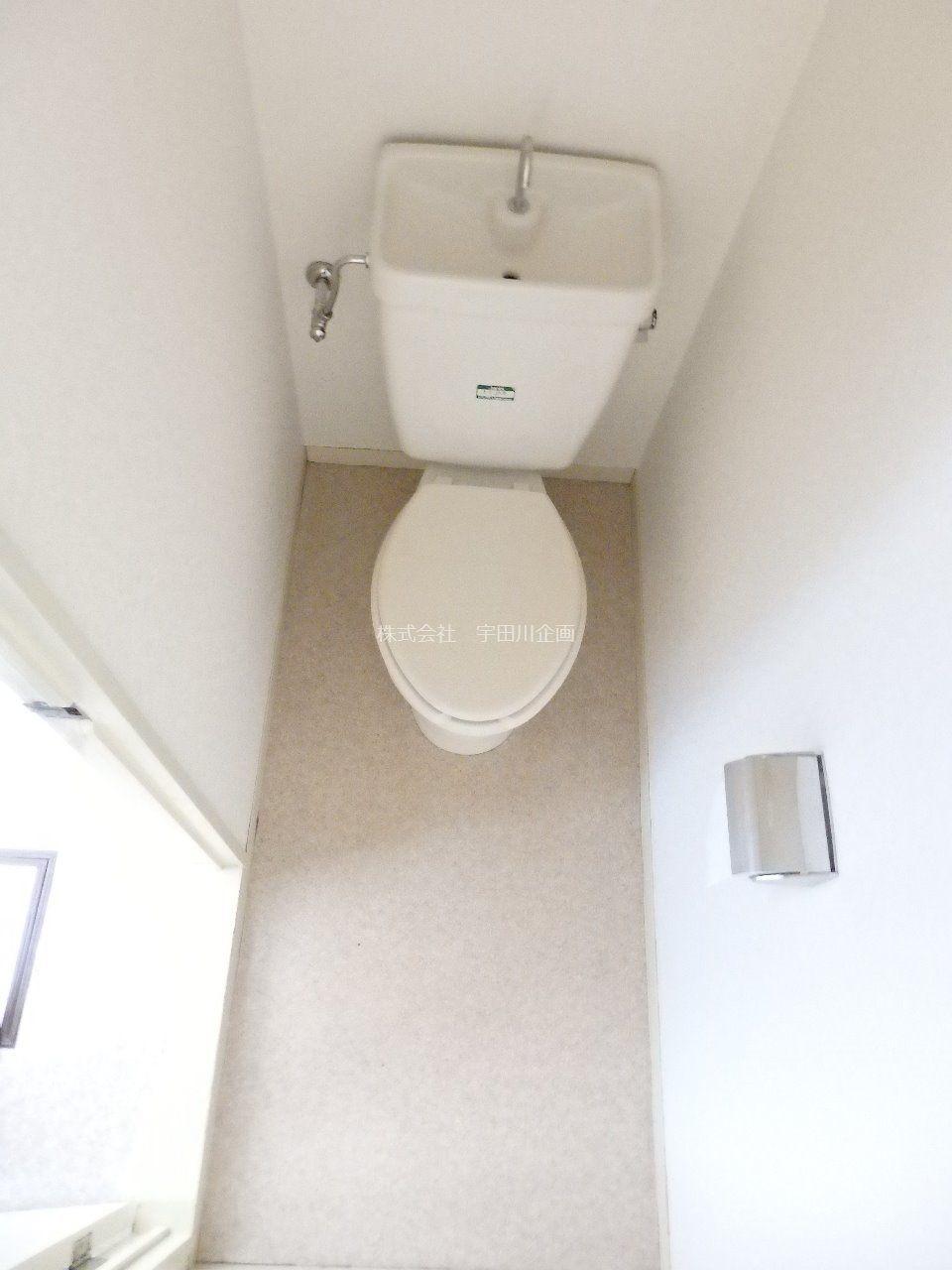 白を基調とした、清潔感溢れる洋式トイレです。