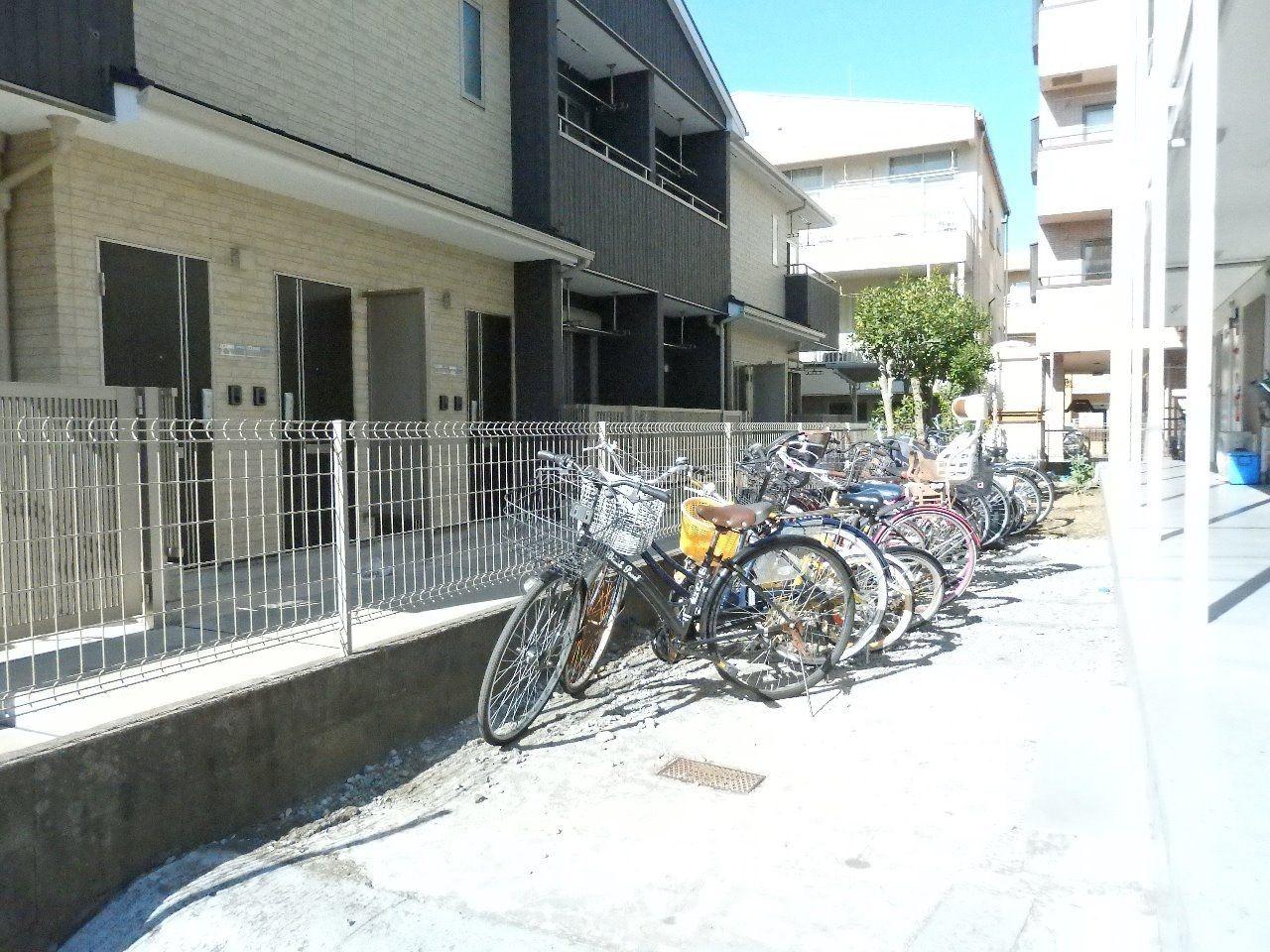 建物の前に自転車置き場があります。