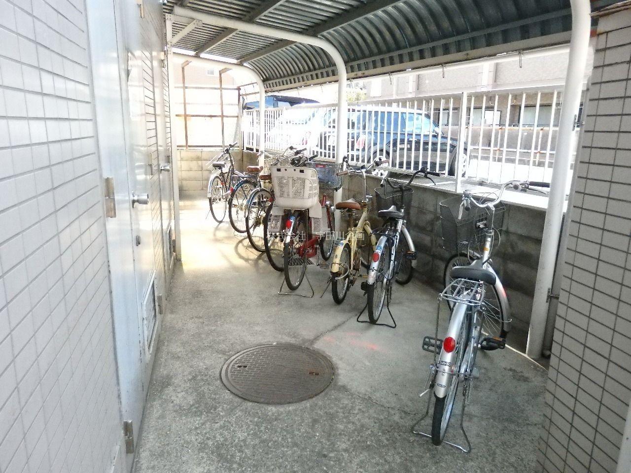 屋根が付いているので大事な自転車も濡れません