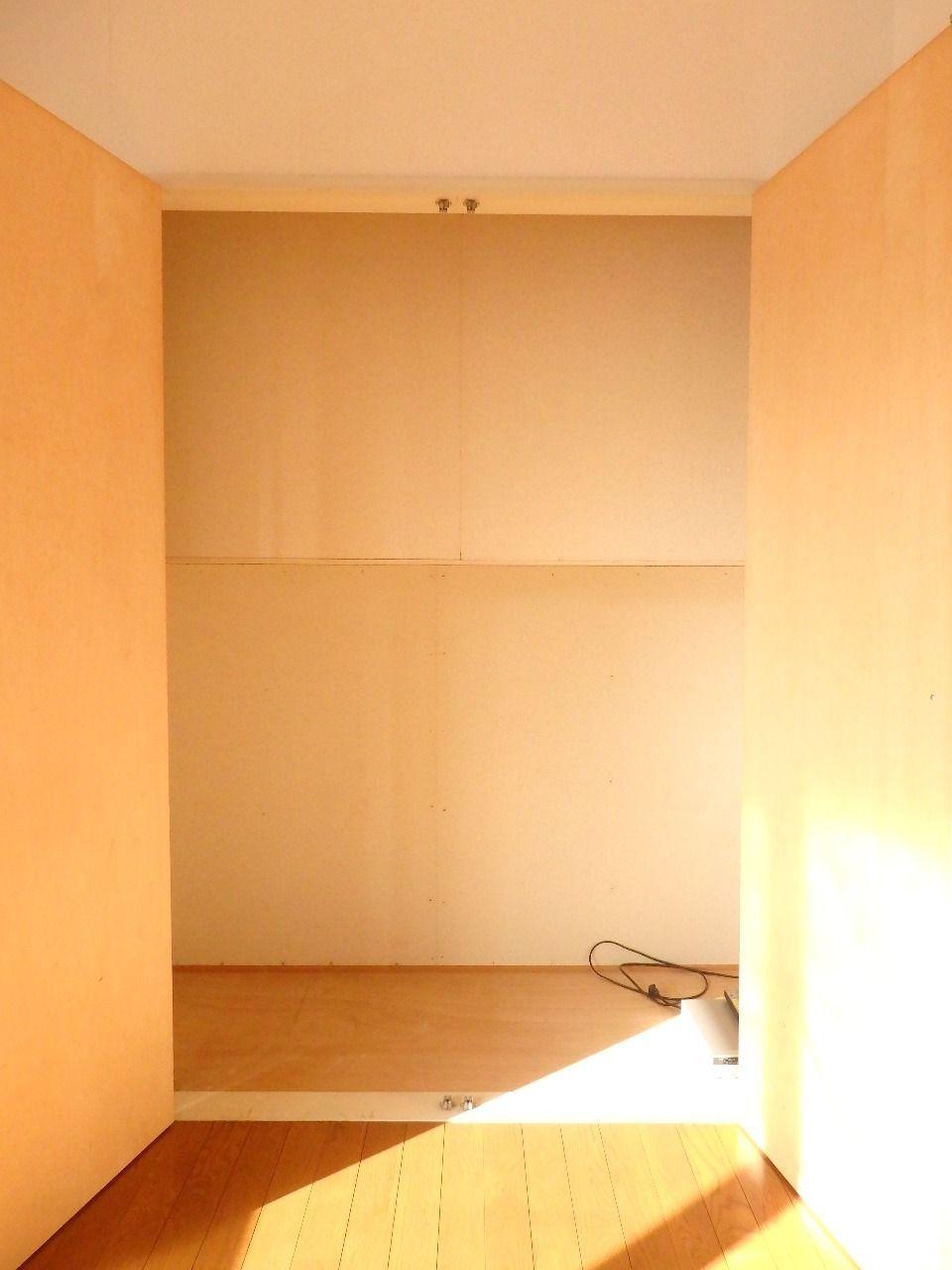 こちらの収納は観音開きタイプの扉なのでとても収納しやすいです。