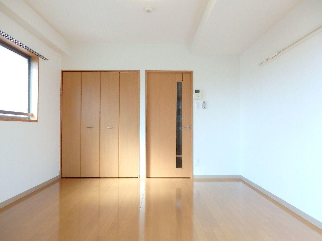 木目調のフローリング・建具が室内をより明るい感じにしてくれる、8帖の洋室