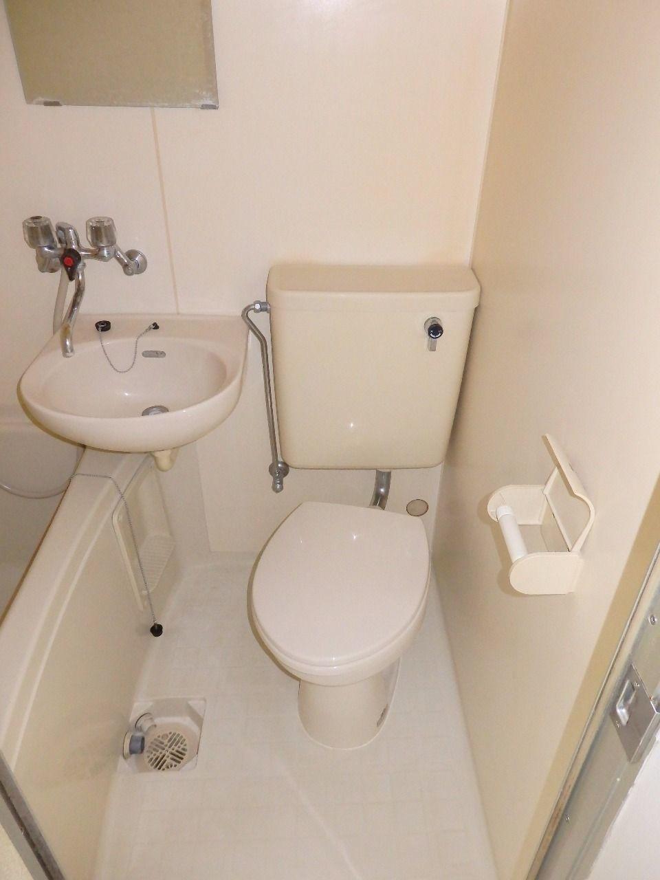 浴室、洗面台と一緒の3点ユニットタイプです。