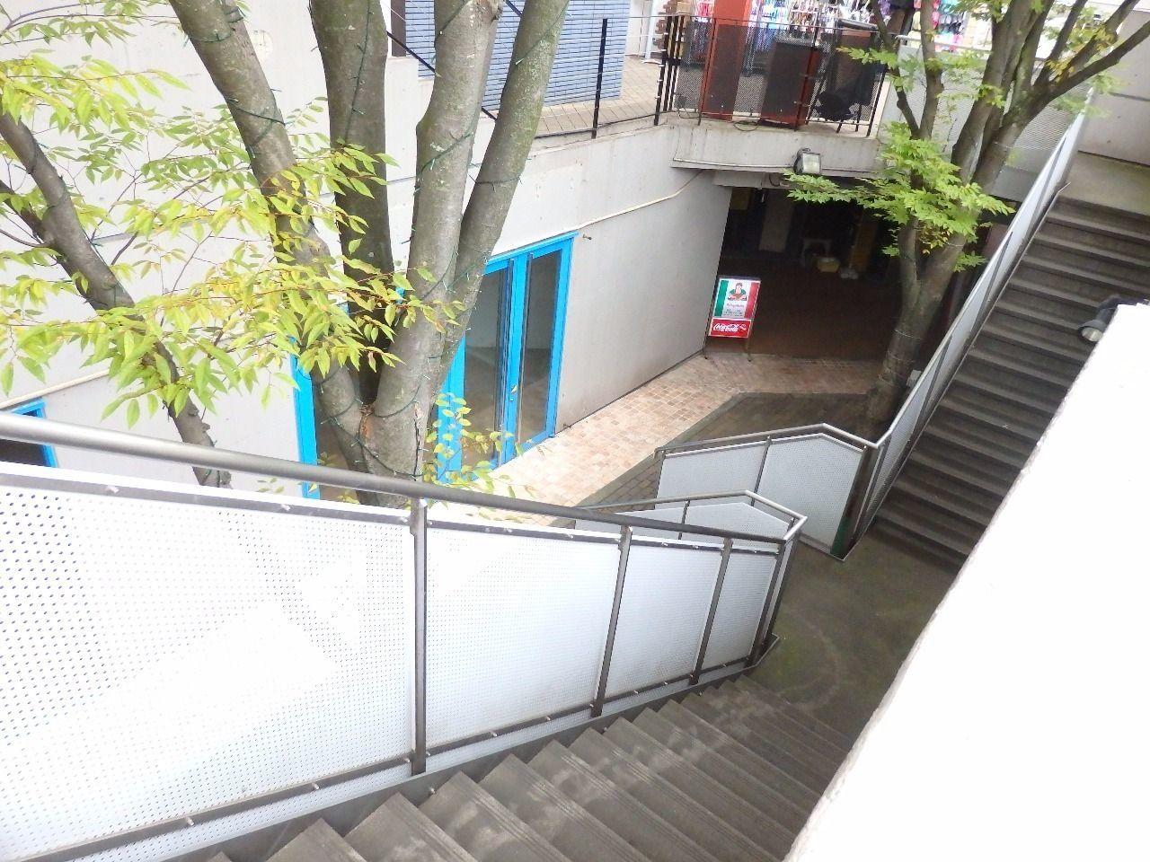 A棟、B棟どちら側からでも正面階段を利用できます。