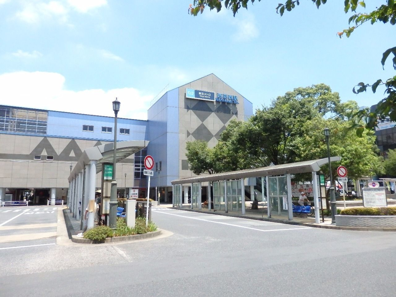 大手町まで15分。バスロータリーからは京葉線の葛西臨海公園方面、総武線新小岩方面、都営新宿線船堀方面と多方面に運航しています。