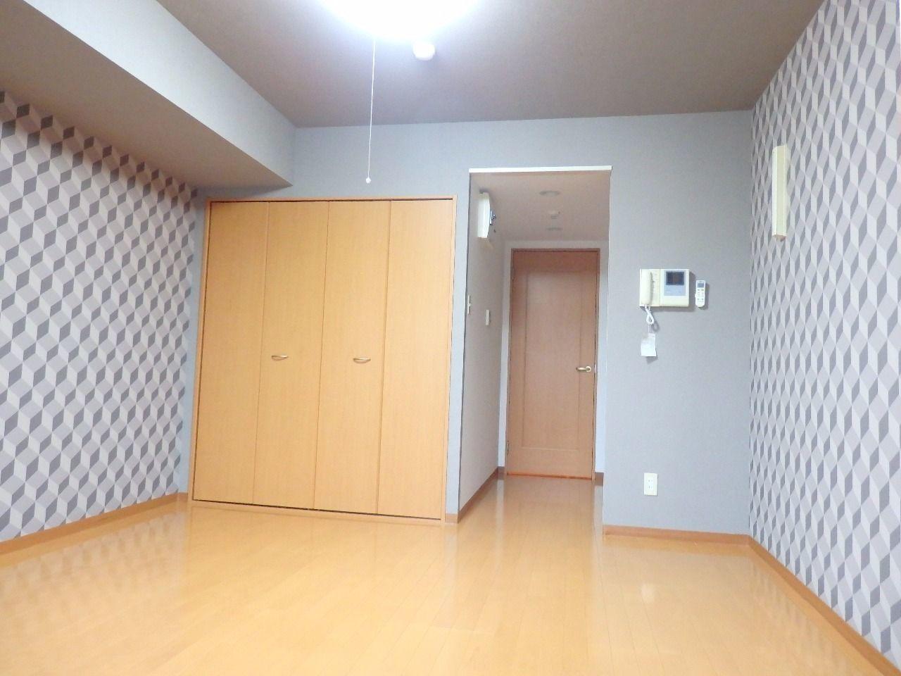 外観とのコーディネイトを意識したモダンなアクセントウォールが、室内にシャープさをもたらす