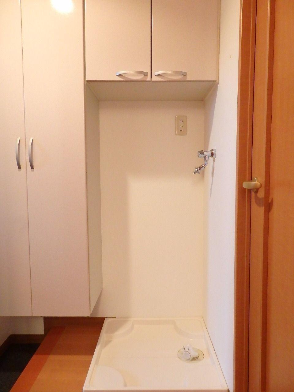 洗濯機置場の上部には収納扉を設置しました