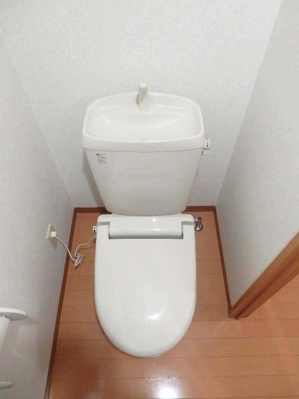 トイレ内にコンセントがあるのでウォッシュレット便座も別で取り付けられます。