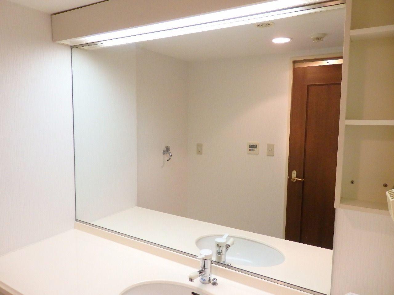 広々とした鏡を設えています。