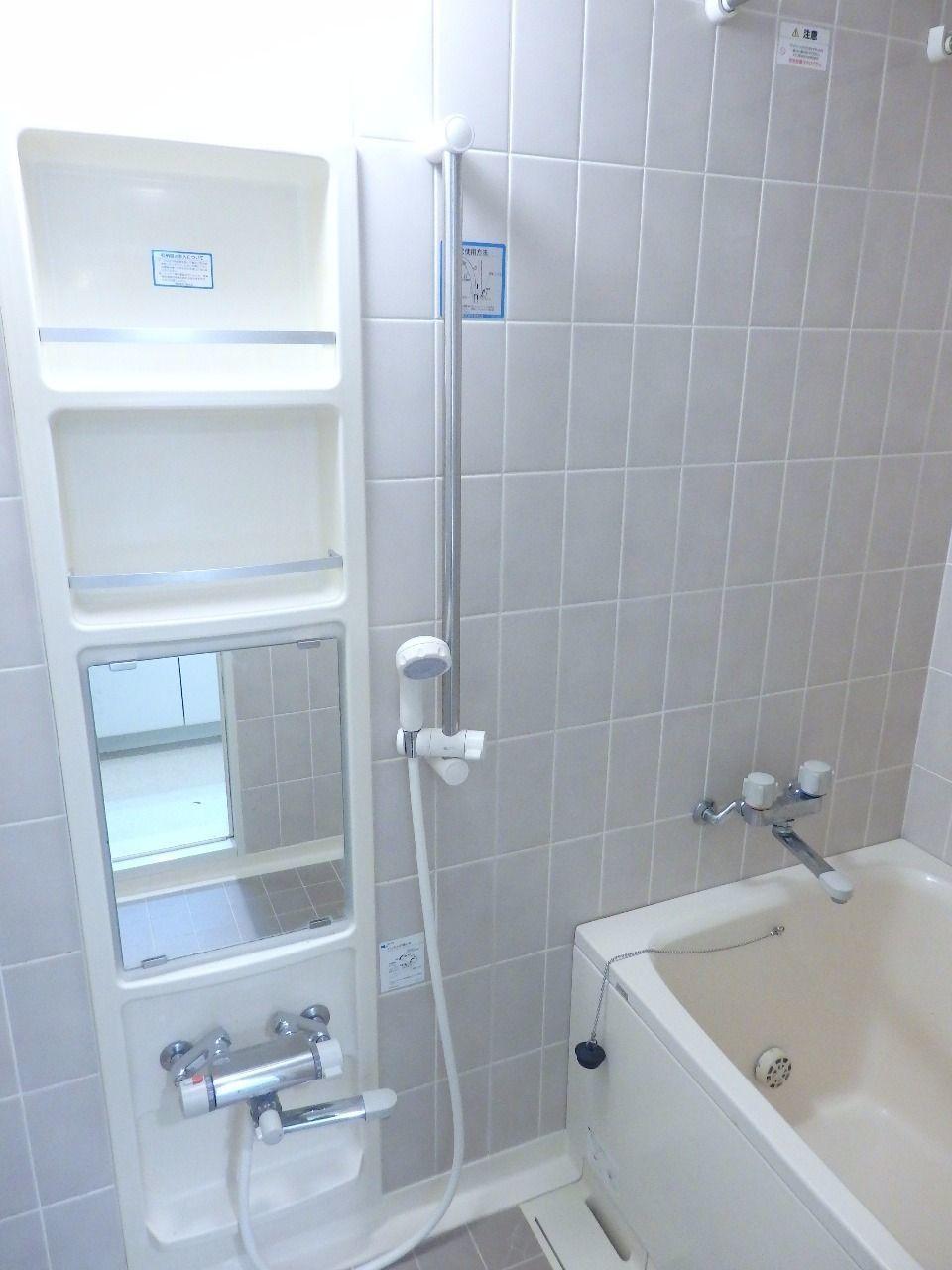 収納付鏡を設えた、意匠性高い浴室です。