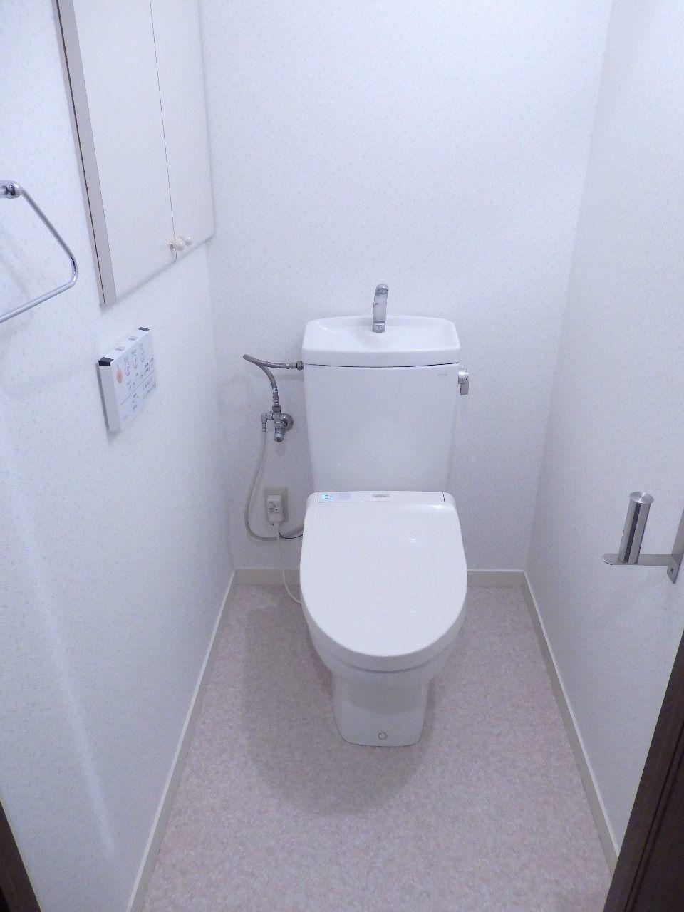 トイレのドアを開ければ自動で上蓋が開きます。