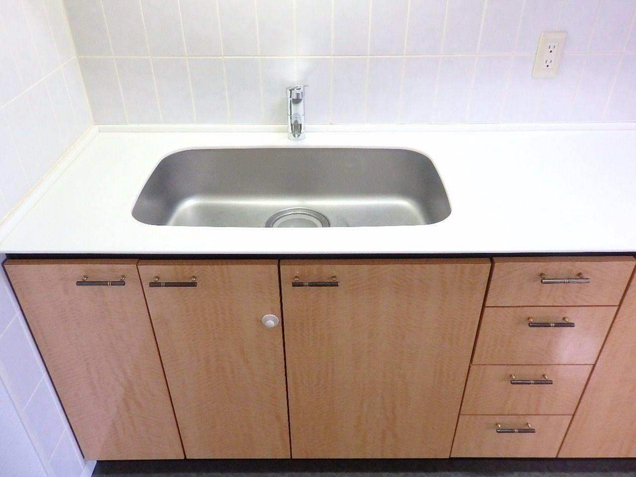 広々としたシンクと調理スペースが確保されています。