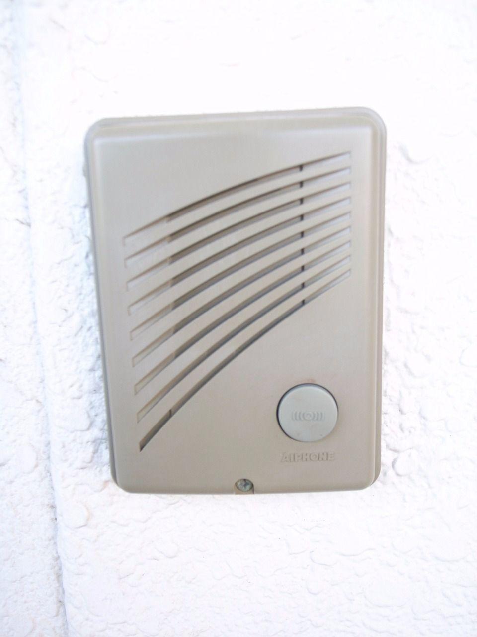 住戸内から音声より来訪者を確認できます