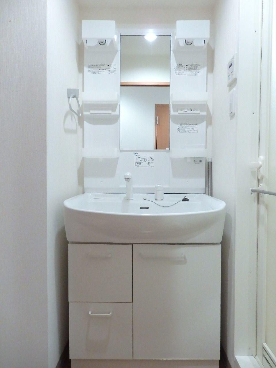 化粧品や洗面用具が置きやすい収納棚付き