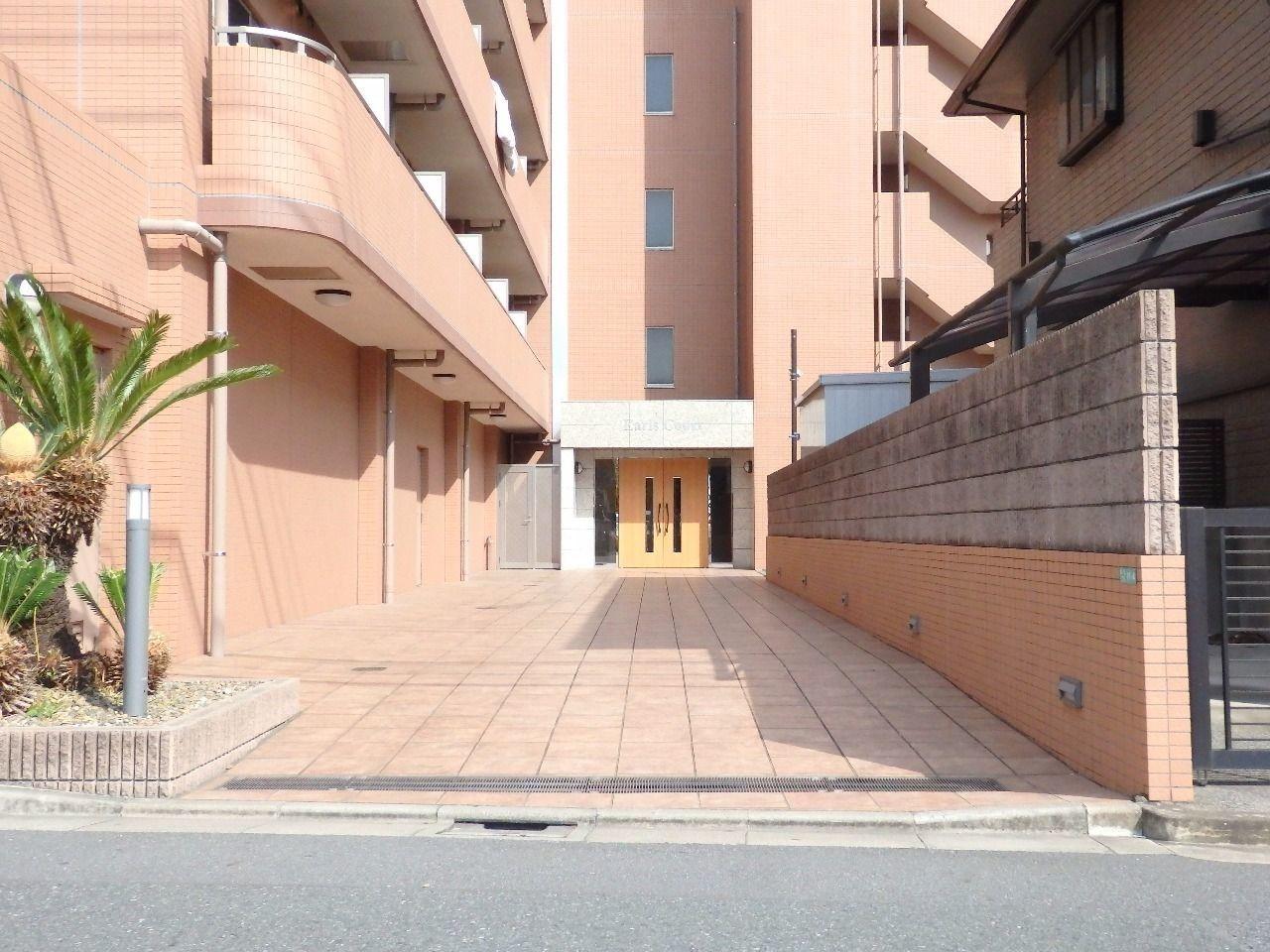 広々としたアプローチから建物の品格が感じ取れます。