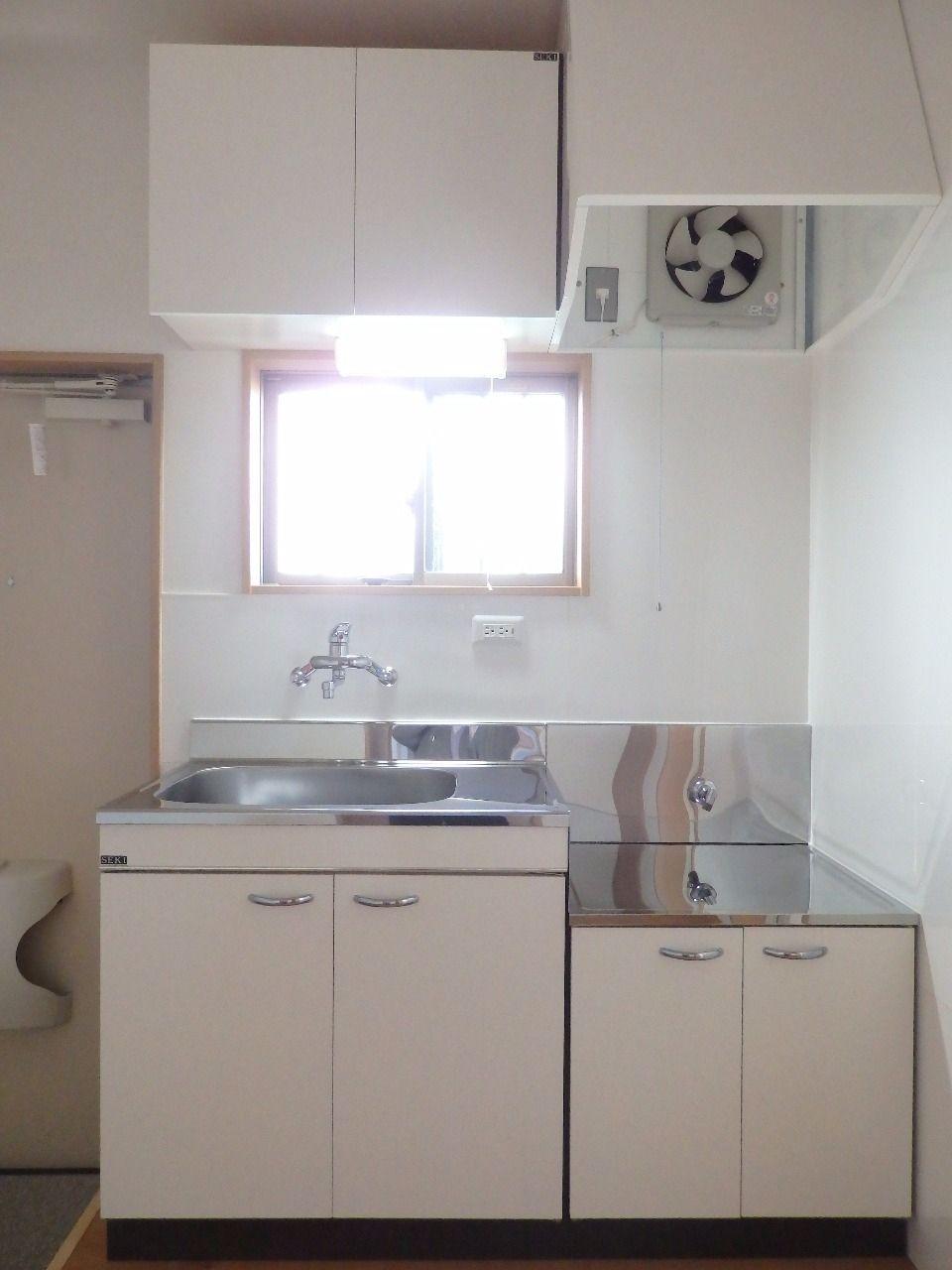 キッチン前にも窓があるので明るいところで料理ができます。