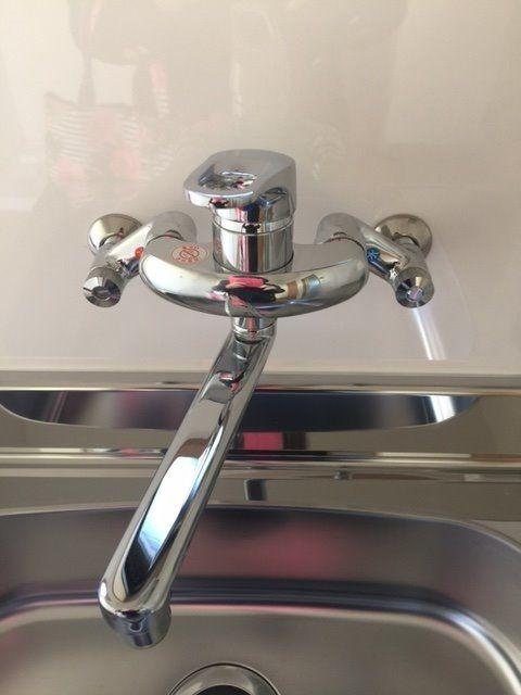 シングルレバーになっているのでお湯と水を調節しなくても、左・右に回すだけで、切り替えができ便利です。