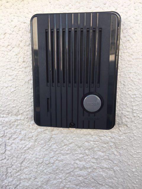 インターフォンがついているので、突然の訪問客にも、ドアを開けずに対応できます。