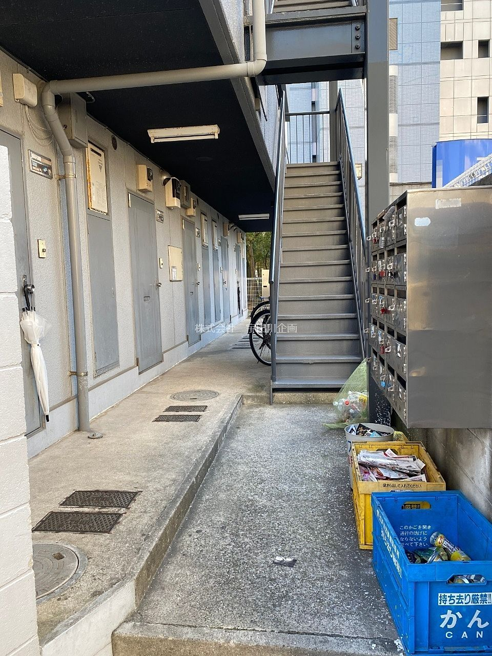 集合ポストや階段があります