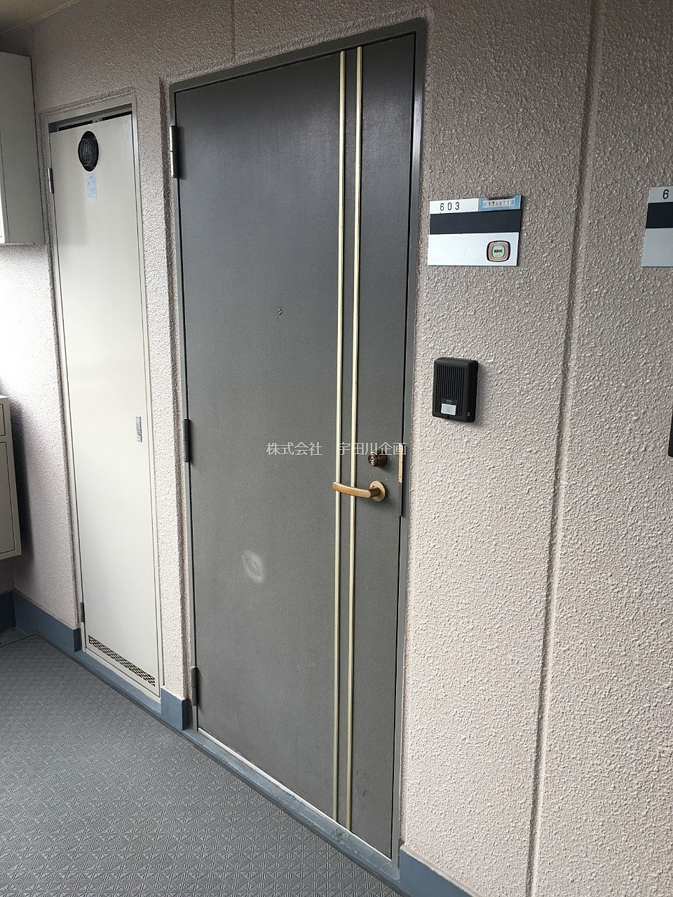 インターホン付の玄関