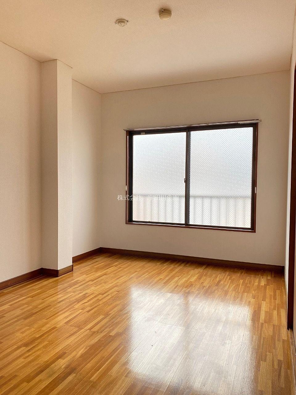 フローリングタイプで腰高窓がついた洋室