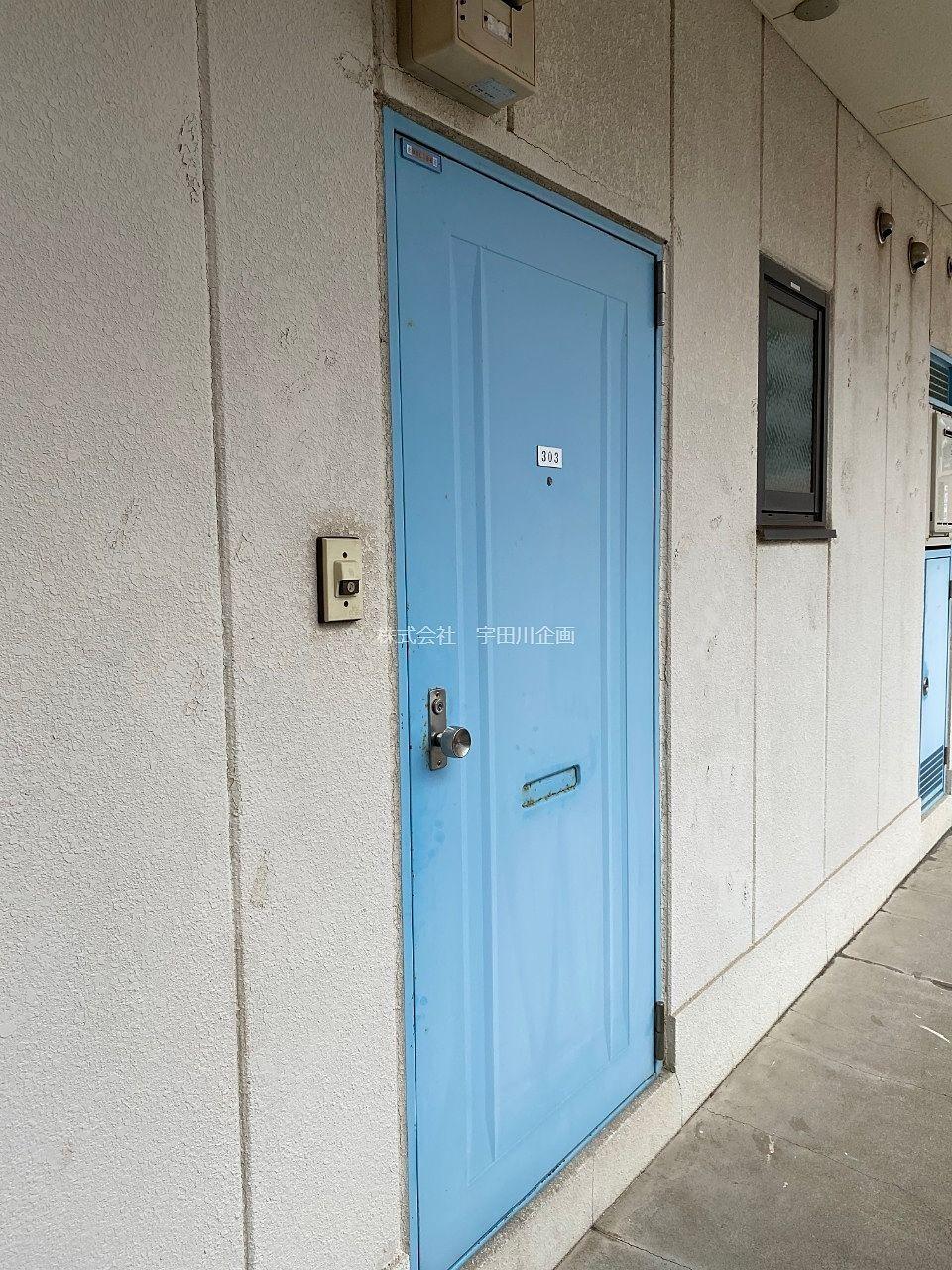 青い玄関扉