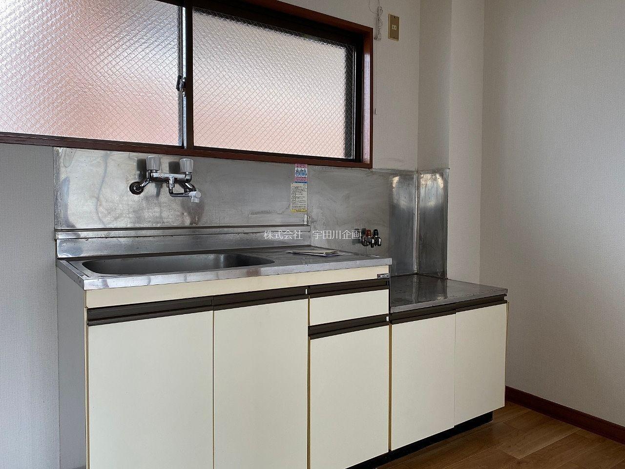 窓の付いた換気の良いキッチン
