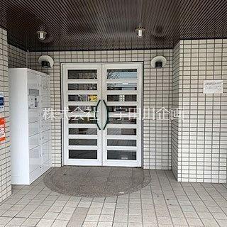 入口に宅配BOXが設置されているマンションエントランス