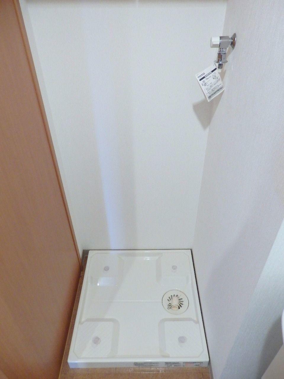 洗濯機置場には防水パンと給水ホースを簡単に設置できる給水栓