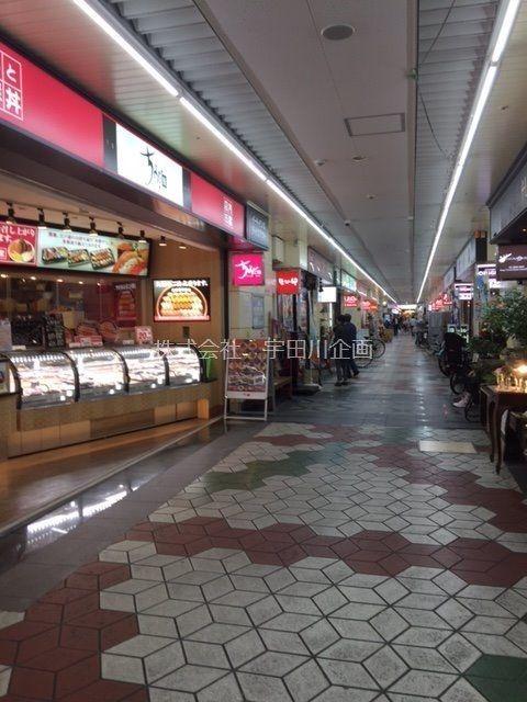 メトロセンターまでは、徒歩30秒です。歯医者、中華料理店・喫茶店・花屋さん・100円ショップなど 生活に密着した店舗が並んでおり、とても便利です。