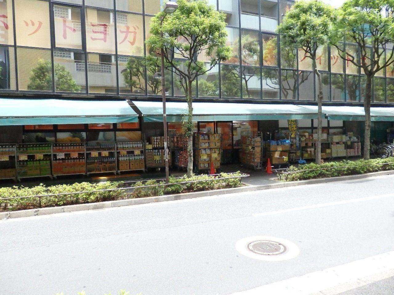 エレベーターを降りて目の前には24時まで営業しているスーパーには生鮮食品や冷凍食品、お弁当なども販売しており便利です。