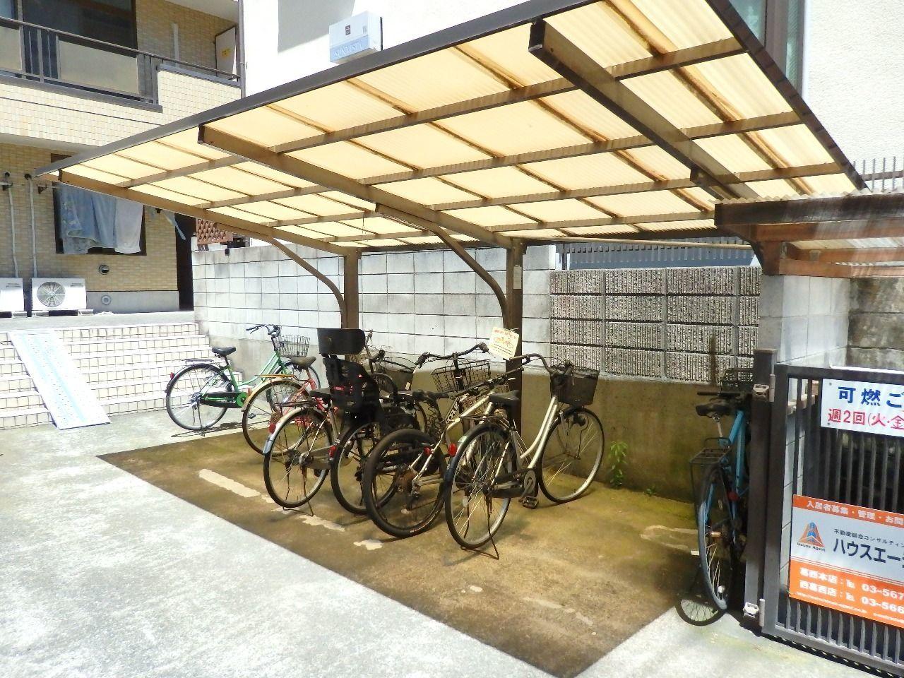 自転車専用の駐輪場です。1階の部屋の前にはバイク(小型・有料)も駐輪できます。