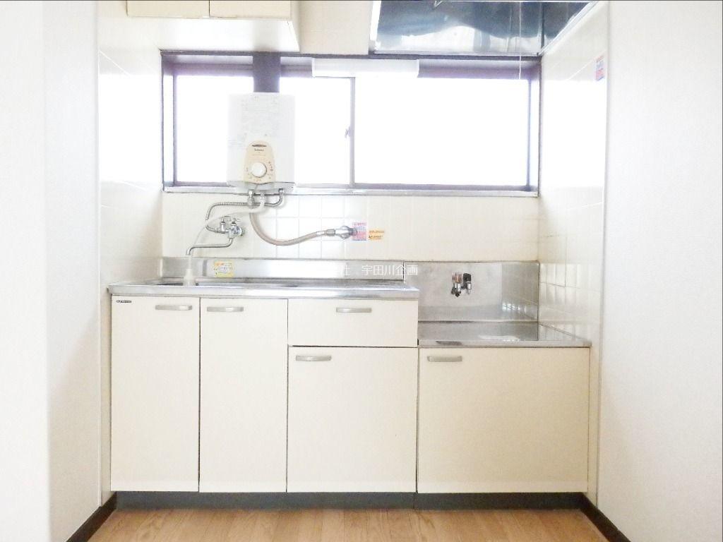 明るいキッチンで料理をお楽しみください