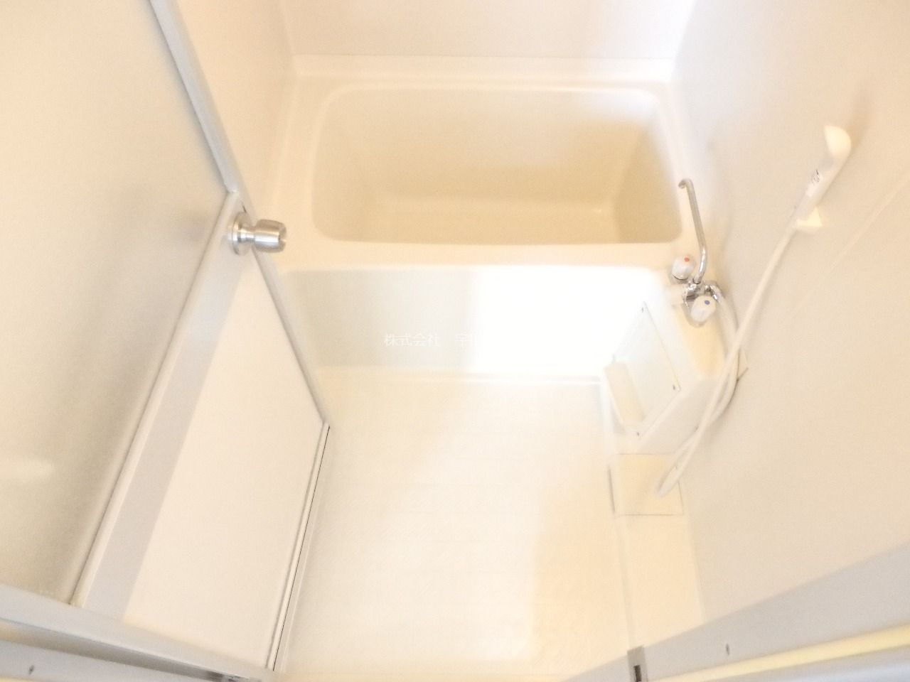 壁面、床共に清潔感のあるユニットバス