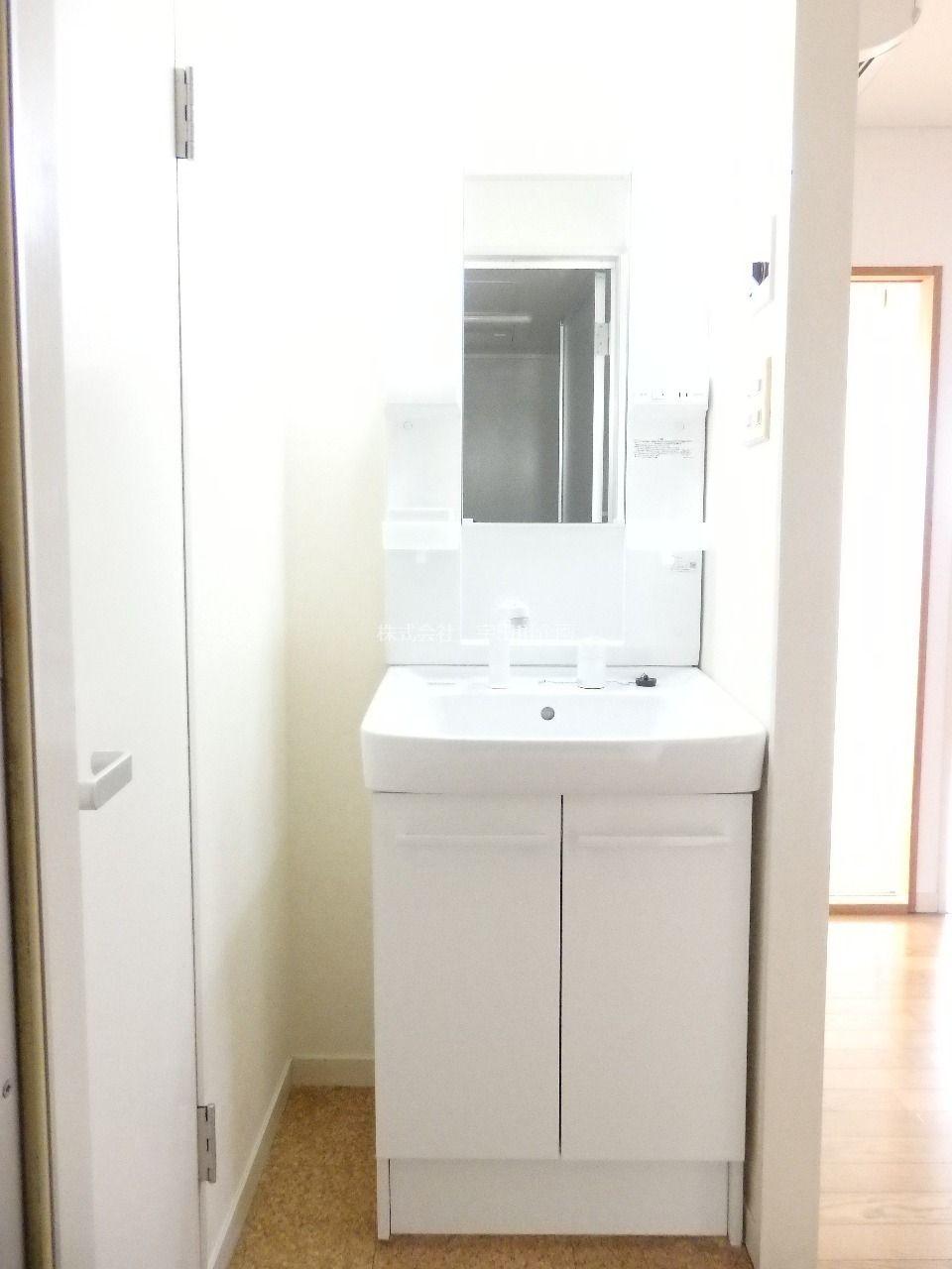 細々した物も収納できる新品の洗面台です