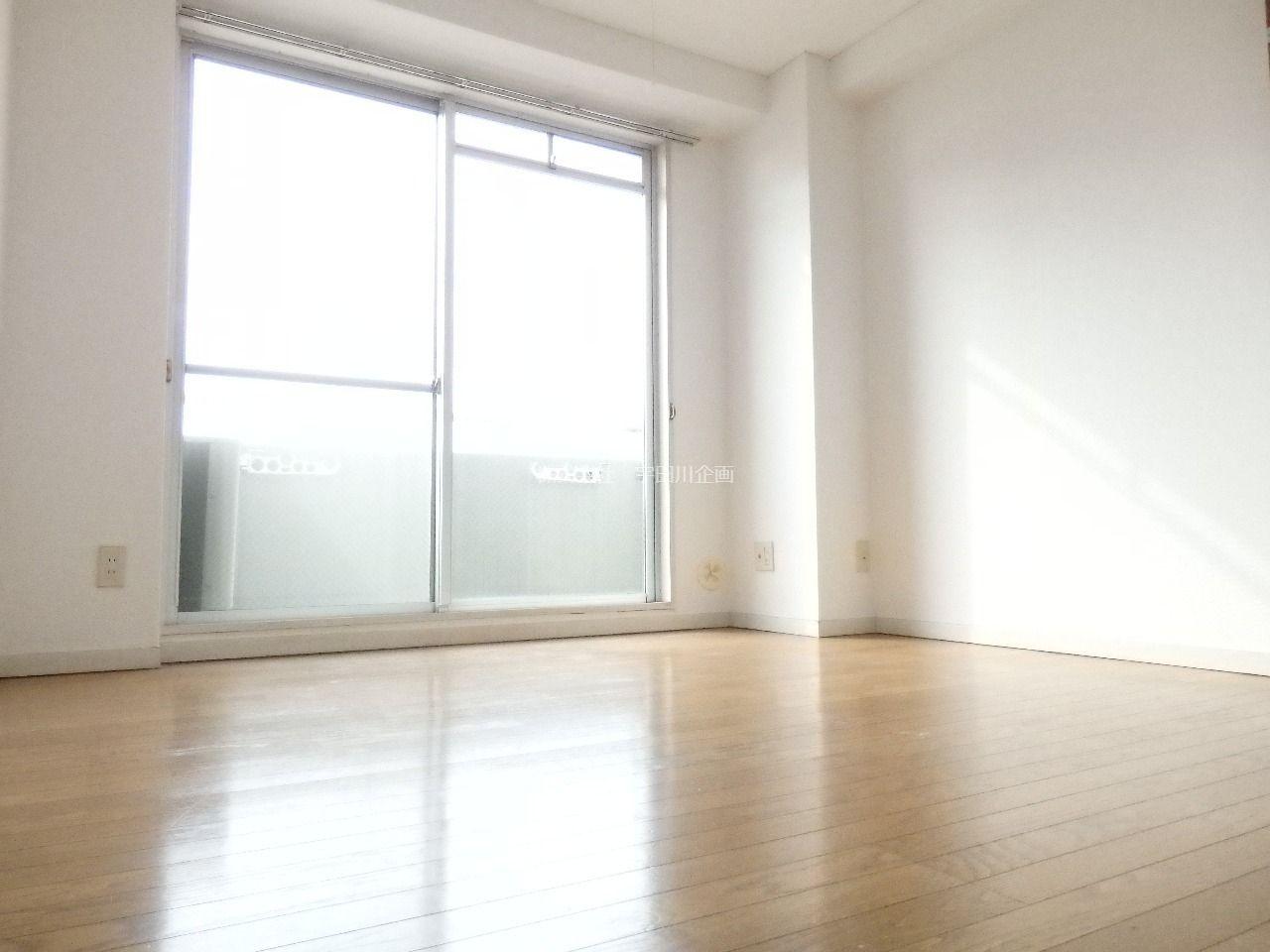 南側バルコニーに面した日当り十分な洋室です