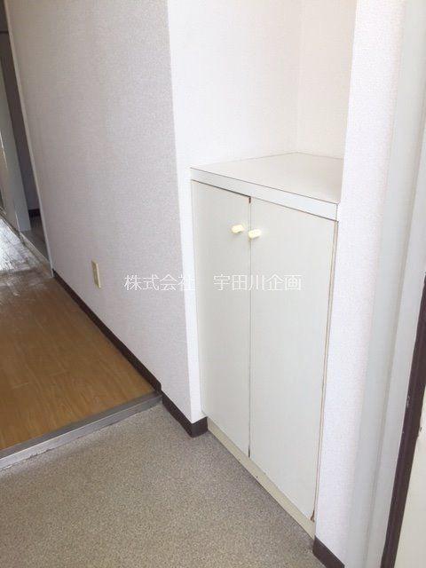 玄関のドアを開けて右側にシューズボックスがあります。
