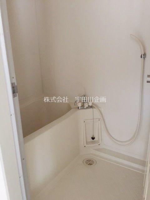 白を基調とした浴室で清潔感があります