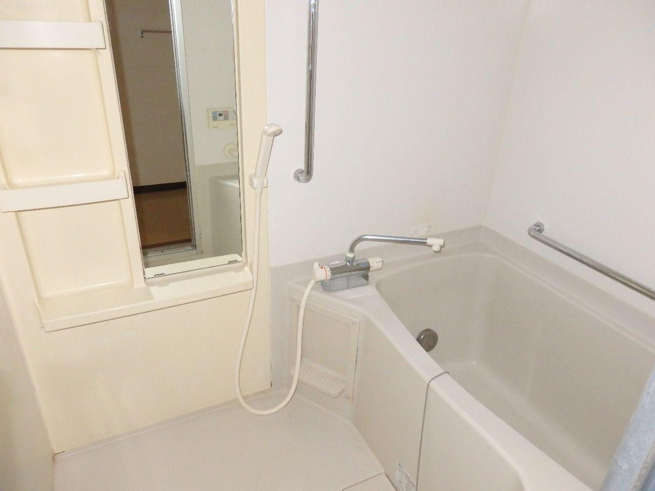 浴室内の数か所に手すりが付けてあります