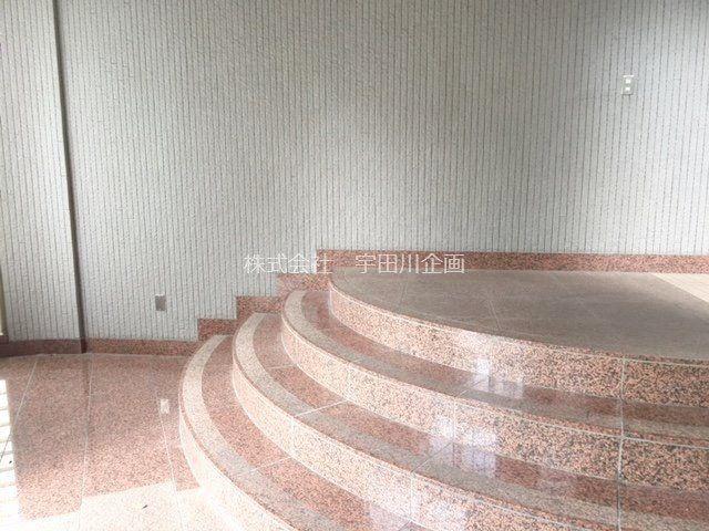 建物の扉を開けたところの階段です。